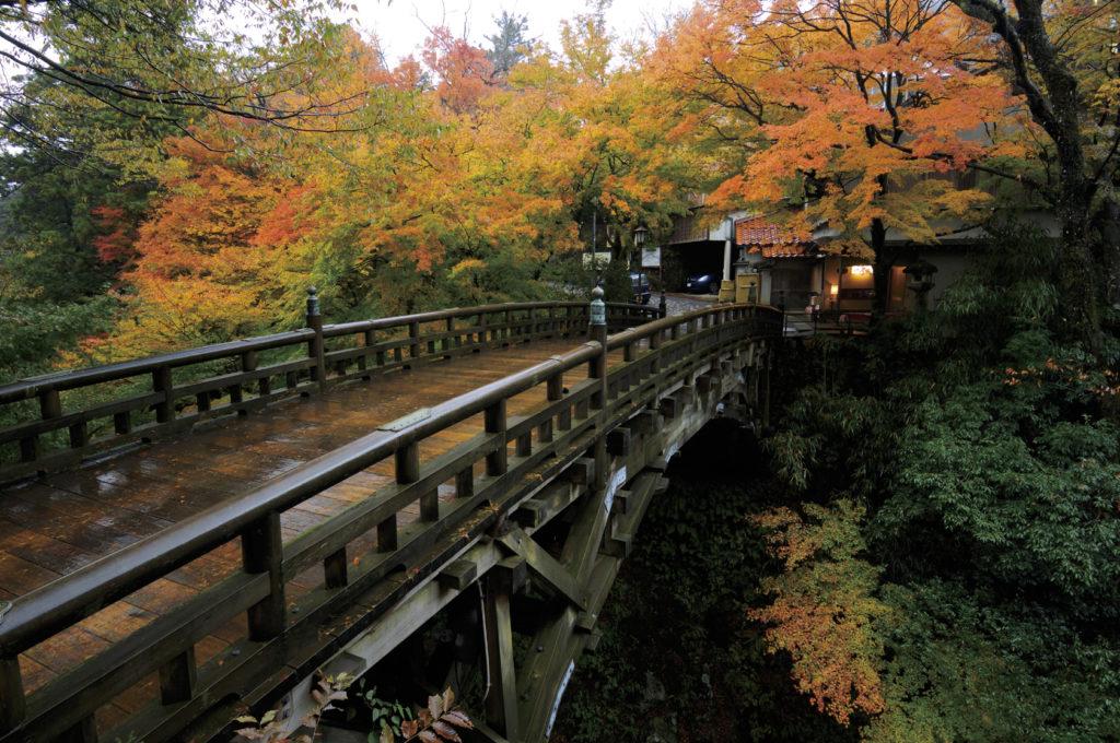 山中温泉こおろぎ橋の美しい紅葉の景色