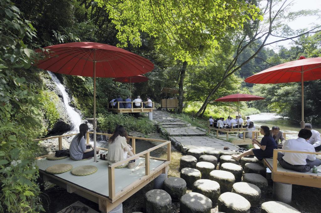 鶴仙渓の川床(かわどこ)の景色