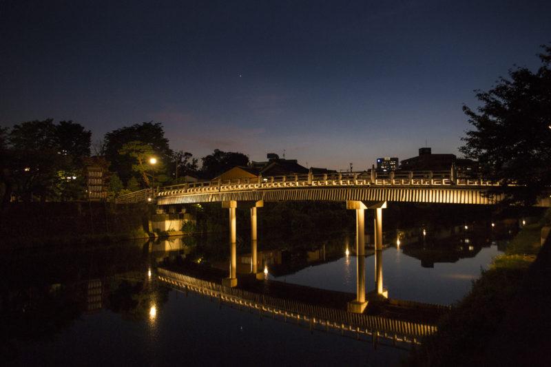 浅野川に架かる中の橋の夜景