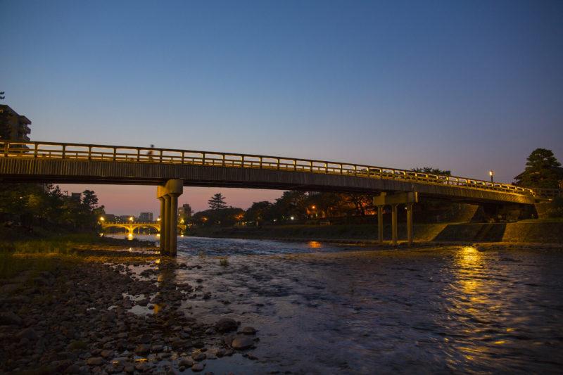 浅野川に架かる梅の橋の夜景