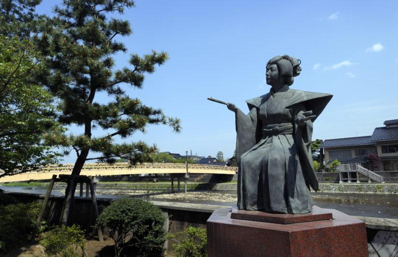 浅野川の梅の橋近くにある滝の白糸像