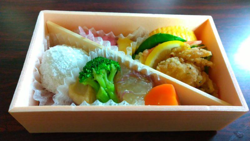 【芝寿しの朔日(ついたち)弁当】12月は紅ずわい蟹爪天婦羅を味わう